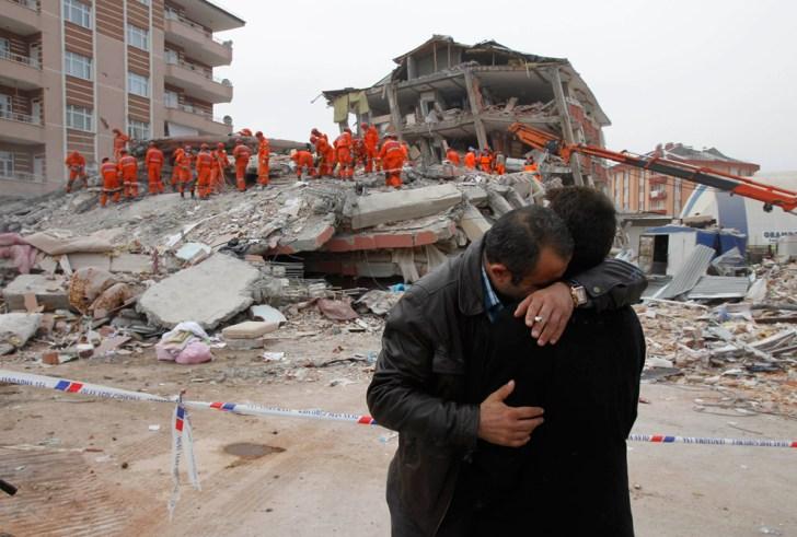 Τραυματίες και εγκλωβισμένοι από τον ισχυρό σεισμό των 5,7 Ρίχτερ στην Τουρκία