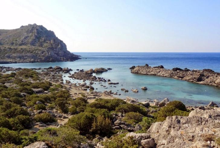 Νότια Κρήτη: Η Λίμνη του Κριού με τους μαρμάρινους κίονες πάνω στην παραλία (φώτο)