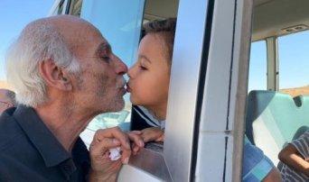 Παππούς αποχαιρετά το εγγόνι του: Η φωτογραφία από τη Συρία που συγκλονίζει