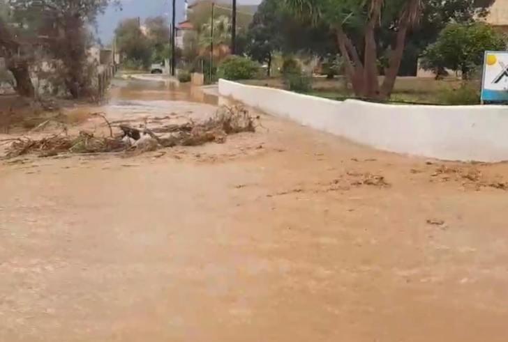 Άνοιξαν οι ουρανοί στη Μεσαρά – Δρόμοι ποτάμια, πλημμύρισαν σπίτια και καλλιέργειες  (φώτο-βίντεο)