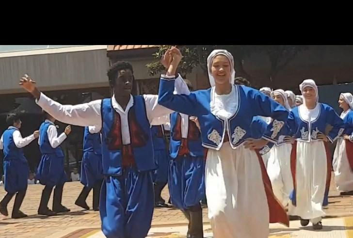Στη Νότια Αφρική χορεύουν κρητικούς χορούς! (βίντεο)