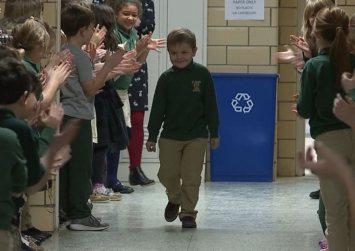 ΗΠΑ: 6χρονος νίκησε τον καρκίνο και όλο το σχολείο τον υποδέχτηκε με χειροκροτήματα