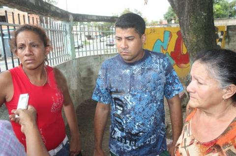 Familiares del joven quemado. De rojo Aída Prado, madre de Ángelo