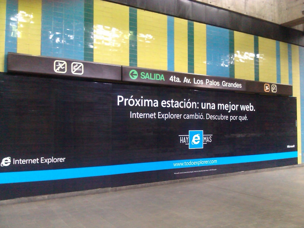 Publicidad de Internet Explorer (software privativo) en la Estación Miranda del Metro de Caracas