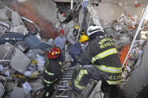 Aspecto de los daños causados tras la explosión e incendio en el edificio B2 de la Torre de Pemex