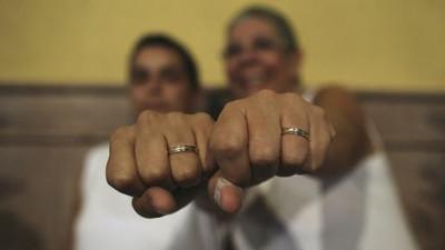 Boda homosexual celebrada en Oaxaca enciende debate sobre matrimonio gay en México.