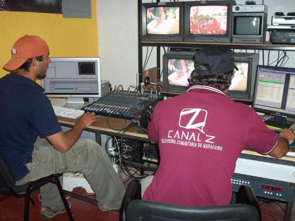El primer medio en ser agredido fue el Canal Z. Los antichavistas sitiaron la vivienda donde funciona la emisora rodeándola y amenazando a los comunicadores