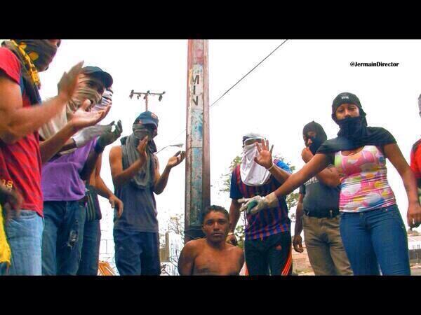 """""""Pacíficos"""" manifestantes opositores amarran a joven a un poste, en el sector Los Mangos de Ciudad Guayana."""