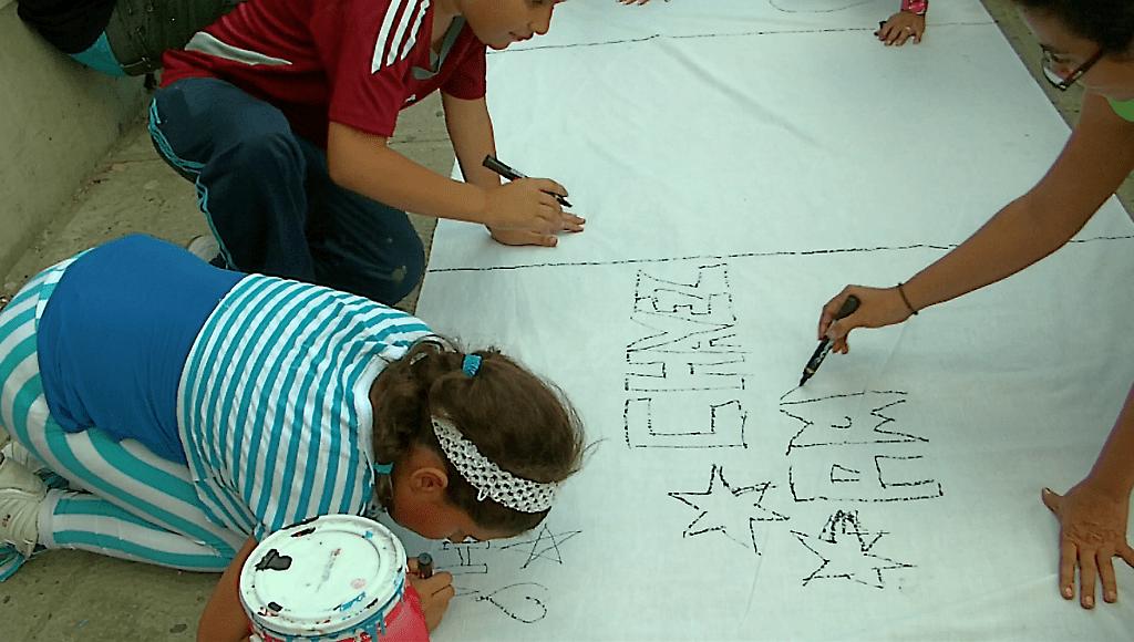 niños pintando y compartiendo