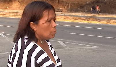 Esta señora con una traqueotomía tuvo  que caminar casi un Km para llegar a su casa en Antímano
