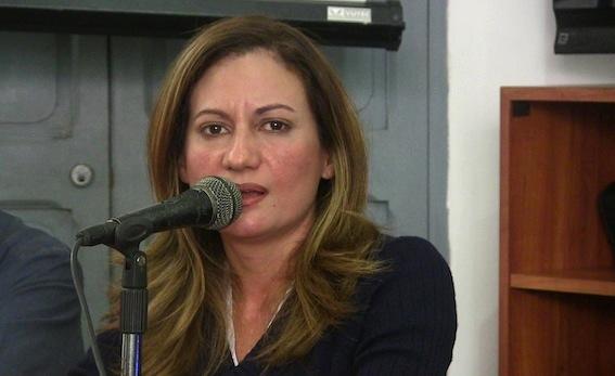 Liskel Chacín, periodista, docente universitaria de la UBV y miembro del equipo de Colarebo moderó el Conversatorio