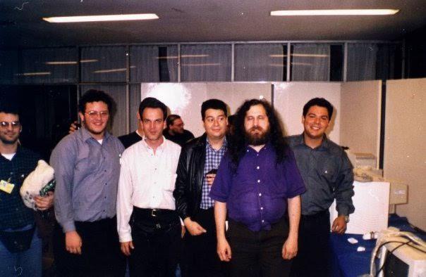 José Luis Rey, de camisa blanca manga larga, aparece junto a Richard Stallman, de camisa azul, y a Néstor Peña, otro desaparecido líder de la comunidad de software libre venezolana.