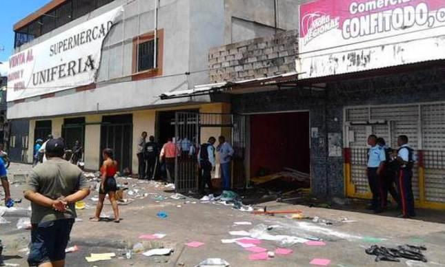 Comercios saqueados en Av. Manuel Piar de San Félix, Bolívar.