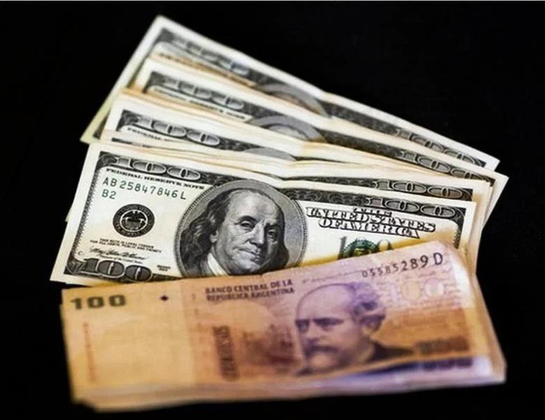 El dólar saltó este jueves más de 40% en Argentina, al pasar de 9.84 pesos por divisa a 14.5.