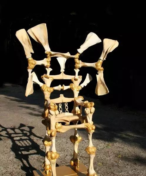 """GENOCIDA: Na França, artista plástico faz trono de ossos em """"homenagem"""" à """"disnatia Bolsonaro""""."""