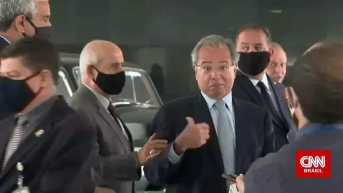 Vídeo: Para que Guedes não fale demais, general puxa o ministro e força encerramento de entrevista.