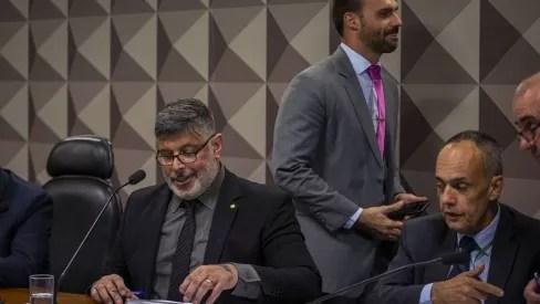 Alexandre Frota apresenta provas contra E. Bolsonaro que o liga a esquema de Fake News.