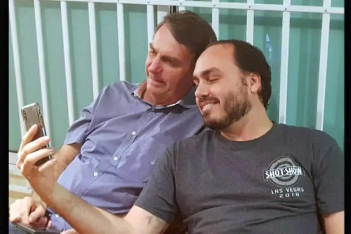 Bolsonaro fez doação eleitoral irregular, em dinheiro vivo, para o filho Carlos