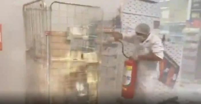 """VÍDEO – """"FOGO NOS RACISTAS"""": Manifestantes ateiam fogo no Carrefour da Pamplona, em São Paulo."""