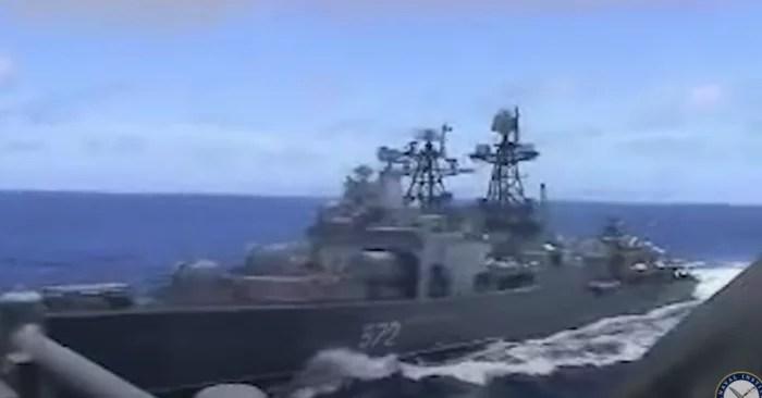 VÍDEO: Navio russo ameaça afundar destroyer americano, no mar do Japão, em cena que parece filme da Guerra Fria.