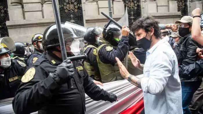 Caos no Peru: ministros renunciam, há repressão e manifestantes mortos