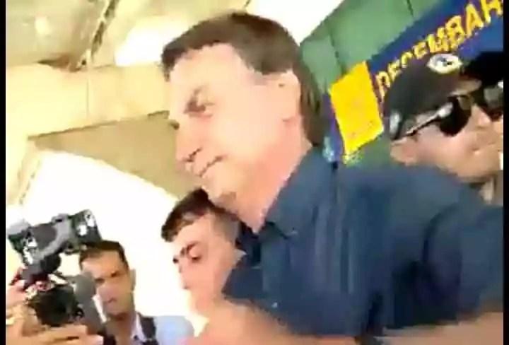 Vídeo:Bolsonaro aparece no Amapá depois de 19 dias de escuridão e é escorraçado