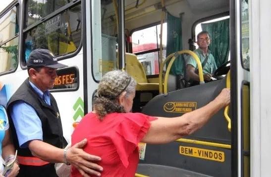 Doria e Covas suspendem gratuidade de transporte público para idosos, em SP.