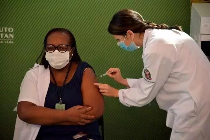 Mulher, negra e pobre, tudo o que Bolsonaro odeia, é a primeira brasileira a ser vacinada