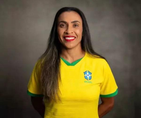 Marta cobre a logo na Nike, em reação a estar fora do grupo de atletas patrocinados.