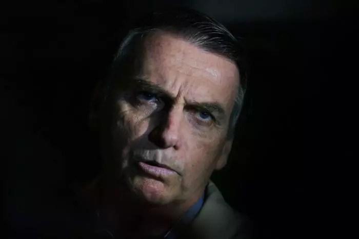 Banho frio, luz de vela, fogão a lenha, subir escadas; Bolsonaro dá marcha à ré de 100 anos na história