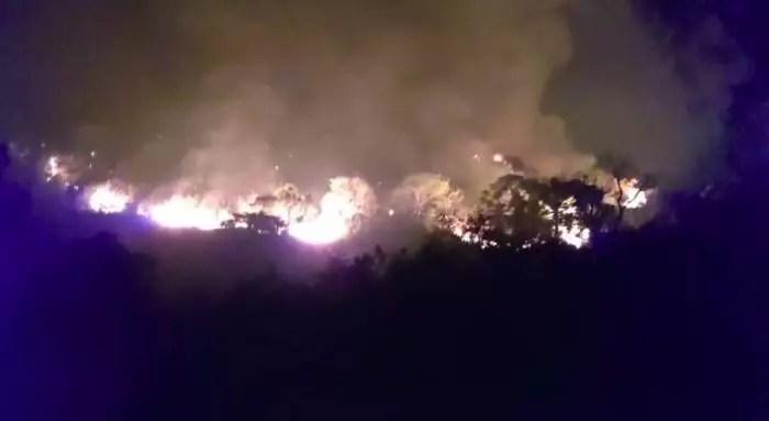 Vídeo: Incêndio em parque na serra da Mantiqueira já atinge casas e moradores relatam fogo generalizado.