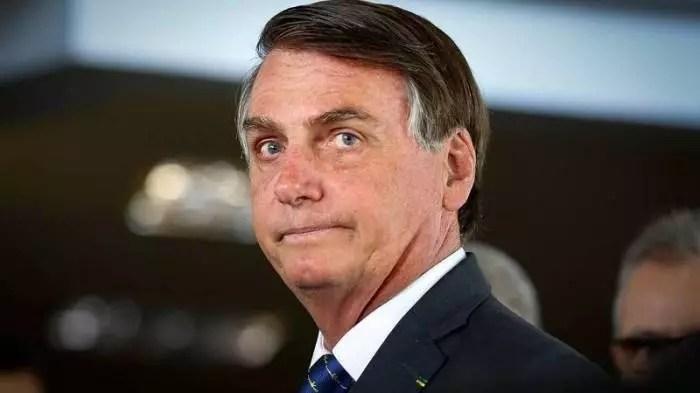 Bolsonaro passou a rachadinha seus filhos Flávio e Carlos após descobrir que Ana Cristina o traía com o segurança