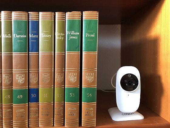 Das Design der COQON-Kamera wirkt modern und pasast gut zu aktuellem Technik-Design. Im Bücherregal ist diese Formgebung und Farbe natürlich auffällig...
