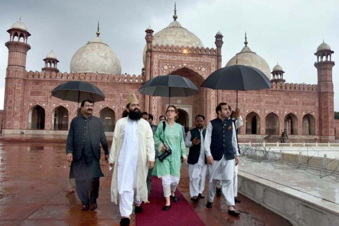 LAHORE: August 26 - President Inter-Parliamentary Union (IPU) Ms. Gabriela Cuevas Barron visit to historic Badshahi Mosque. APP Photo by Mustafa Lashari