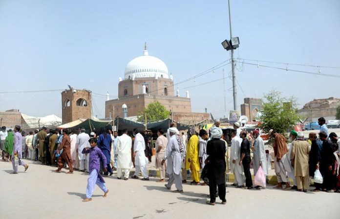 MULTAN: September 25 – A large number of devotees standing in the queue on the entrance of the Shrine of Hazrat Bahauddin Zakariya (R.A) during the concluding ceremony of 781st Urs Celebrations. APP photo by Qasim Ghauri