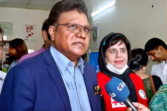 LAHORE: September 18 – Provincial Minister for Human Rights and Minority Affairs Ejaz Allam Augustine talking to media persons during his visit to blood camp for thelesimia patient at Society Clinic. APP Photo by Ashraf Ch