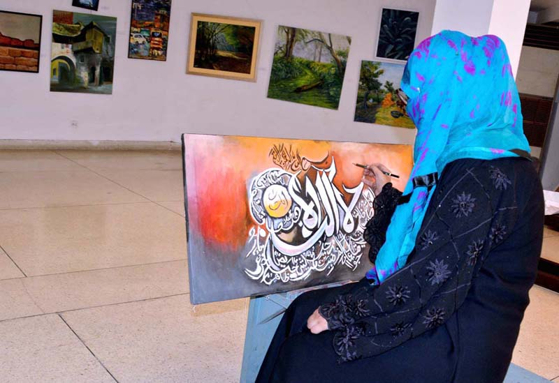 LAHORE: September 10 – Student taking painting class, that reopen after lockdown at Alhamra Academy of Performing Arts. APP photo by Ashraf Ch