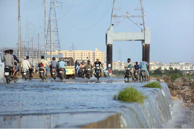 KARACHI: September 05 – Vehicles on the way at flooded Korangi Road due to overflow of Malir River. APP Photo by Saeed Qureshi