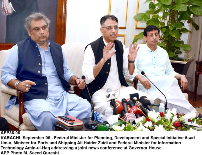 KARACHI: September 06 - Federal Minister for Planning, Development and Special Initiative Asad Umar, Minister for Ports and Shipping Ali Haider Zaidi and Federal Minister for Information Technology Amin-ul-Haq addressing a joint news conference at Governor House. APP Photo M. Saeed Qureshi