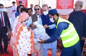 SANGHAR: September 12 – President Dr. Arif Alvi along with Sindh Governor Imran Ismail distributing ration bags among the rain affected people arranged by Sheikh Khalifa Bin Zayed Al Nahiyan Foundation at Jam Zulfiqar Ali Khan at Goht Jam Nawaz Ali. APP photo by Farhan Khan