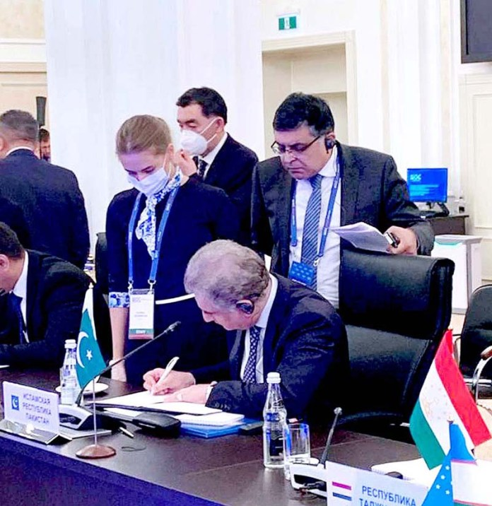 MOSCOW: September 10 - Foreign Minister Makhdoom Shah Mahmood Qureshi signing the decisions adopted at SCO Council of Foreign Ministers. APP