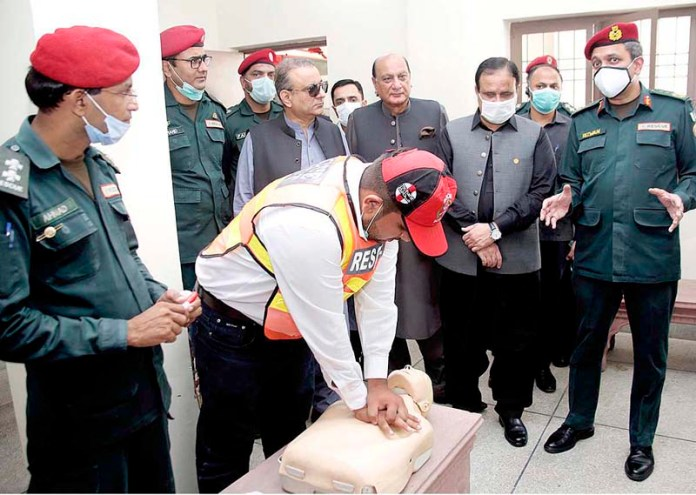 LAHORE: September 07 – Punjab Chief Minister Sardar Usman Buzdar viewing rescue demonstration by Rescue 1122 staffers in Rescue 1122 Station near Harbanspura Ring Road. APP