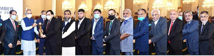 ISLAMABAD: September 17 - President Dr Arif Alvi awarding trophies to prominent businessmen and members of Lahore Chamber of Commerce and Industry at Aiwan-e-Sadr. APP
