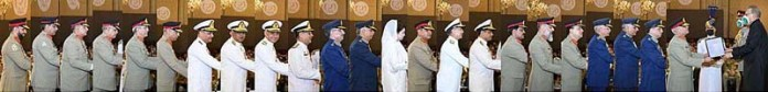 ISLAMABAD: September 06 – President Dr. Arif Alvi conferring military award on the officers of the Armed Forces at Aiwan-e-Sadr. APP