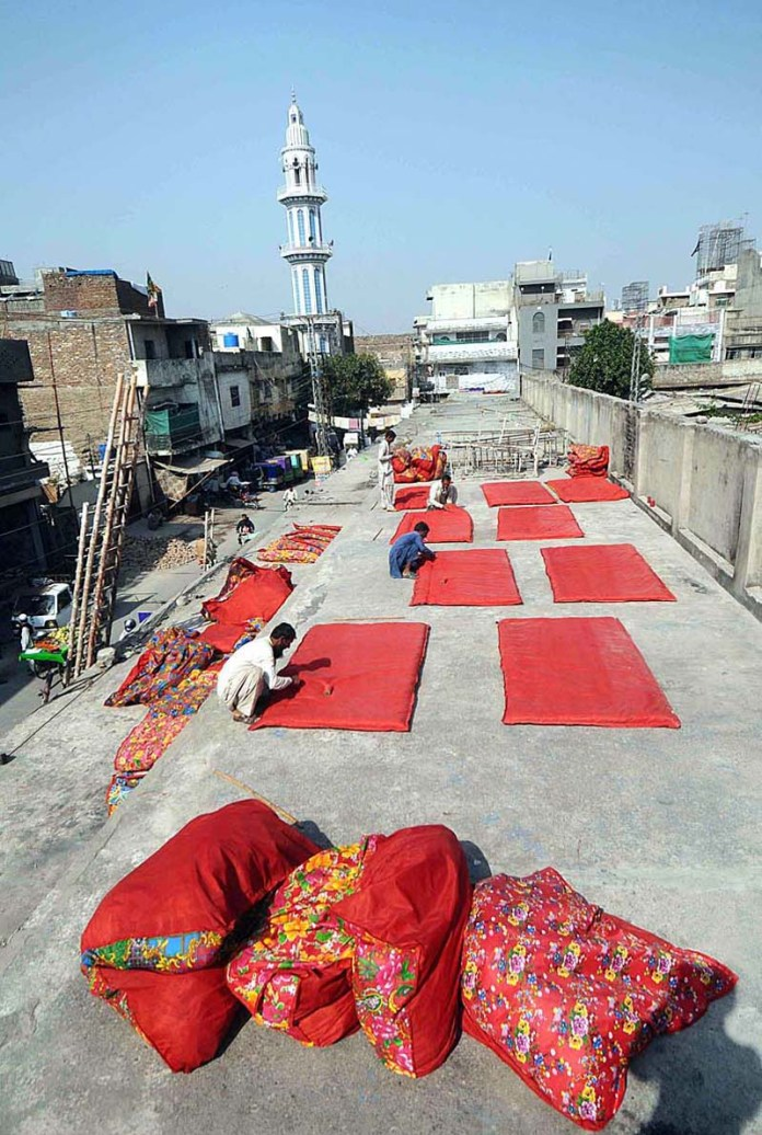 RAWALPINDI: October 21 – Workers preparing and stitching the quilts at their workplace on the start of winter season. APP photo by Irfan Mahmood