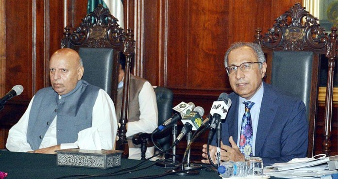 LAHORE: October 15 - Adviser to the Prime Minister on Finance, Dr. Abdul Hafeez Shaikh addressing to the representatives of Chamber of Commerce & Industries at Governor House. Governor Punjab Chaudhry Muhammad Sarwar also present on the occasion. APP