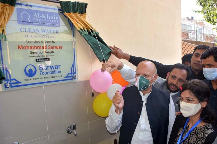 FAISALABAD: October 31 - Punjab Governor Ch Muhammad Sarwar unveiling the plaque to inaugurate RO Water Filtration Plant at GC Women University. APP photo by Tasawar Abbas