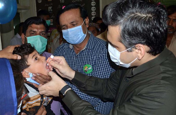 SARGODHA: October 26 - DC Sargodha Abdullah Nayer Shaikh administering anti polio drops to kick-off anti-polio campaign at DHQ. APP photo by Hassan Mahmood