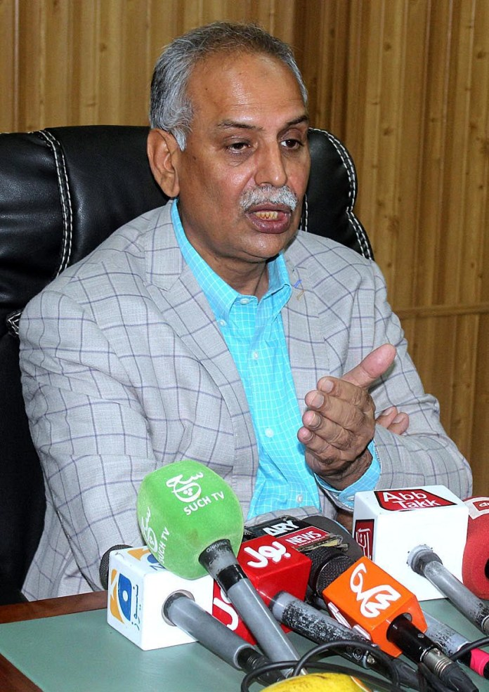 MULTAN: October 08 – Vice Chancellor of MNSUA Dr. Mohammed Asif addressing a press conference at MNSUA. APP photo by Tanveer Bukhari