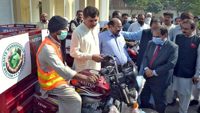 MULTAN: October 24 – Provincial Minister for Energy Dr. Akhtar Malik checking loader rickshaws during distribution of keys to the in-charge of Multan Waste Management Company at Circuit House. APP photo by Safdar Abbas